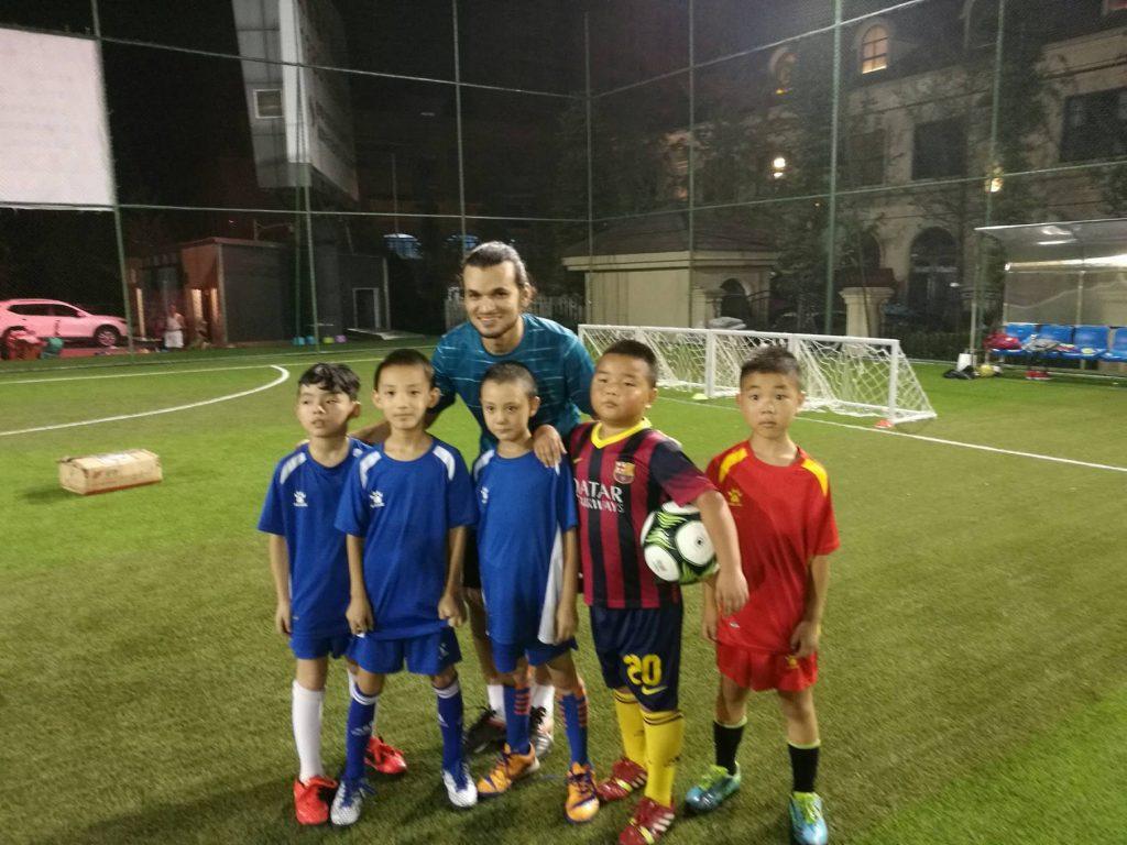 Maronildo e crianças Tibetanas - Aula de Futebol