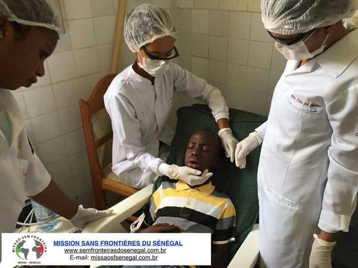 Tratamento dentário num garoto - Senegal